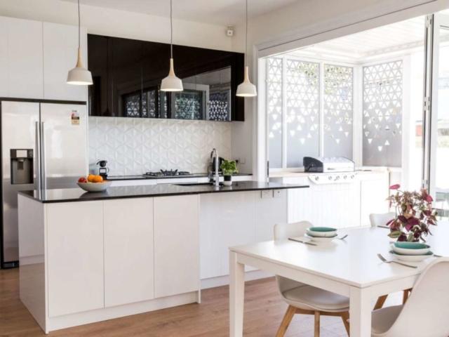 Lodówka side by side z dozownikiem w kuchni