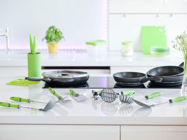 Wyposażenie kuchni patelnie i łyżki