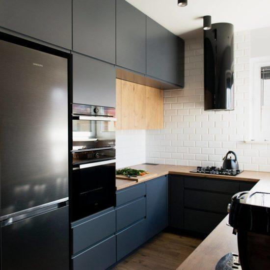 Sprzęt AGD w kuchni grafitowej z drewnem