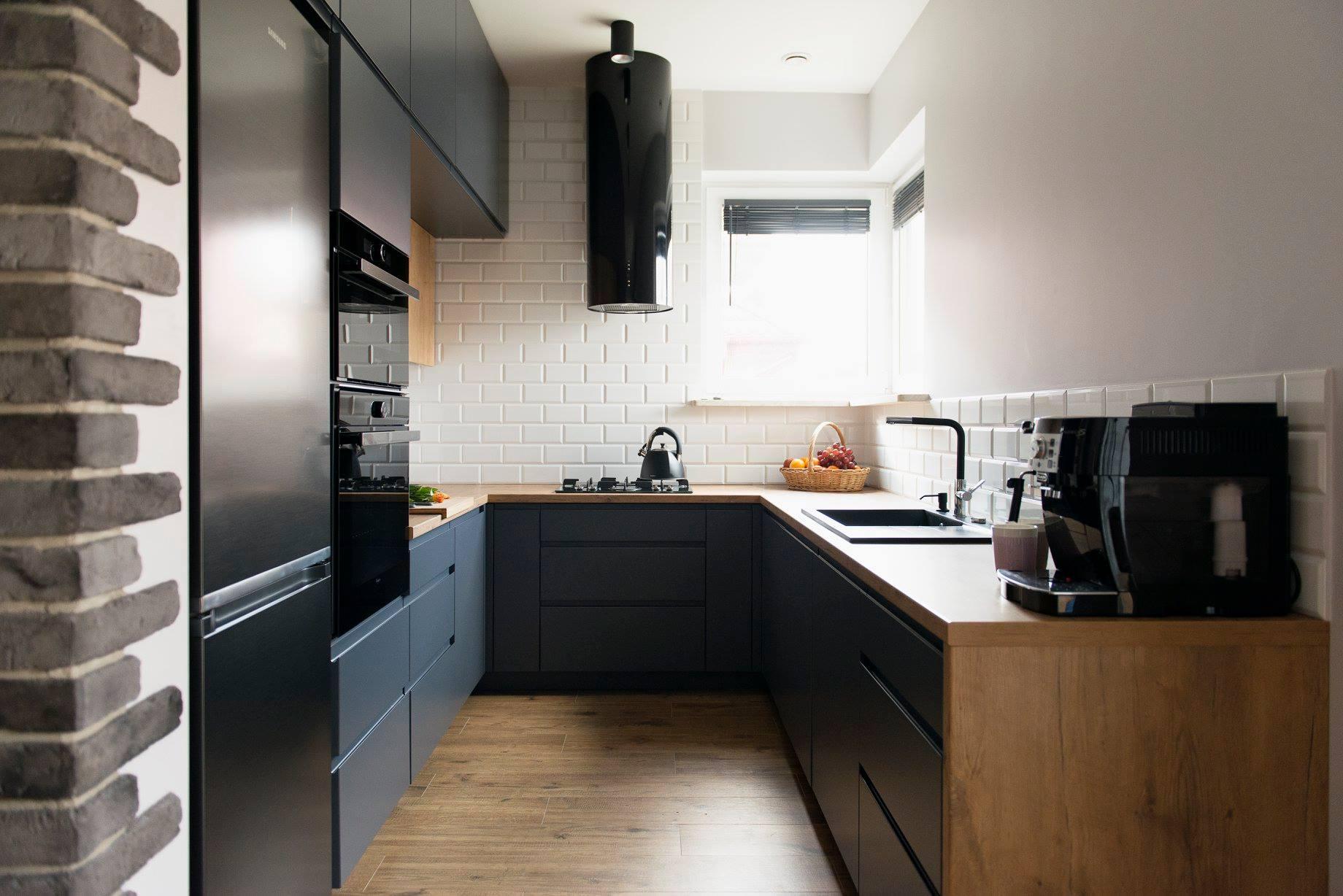 Kuchnia ciemna szarość z drewnem
