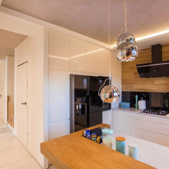 lodówka side by side w zabudowie w kuchni